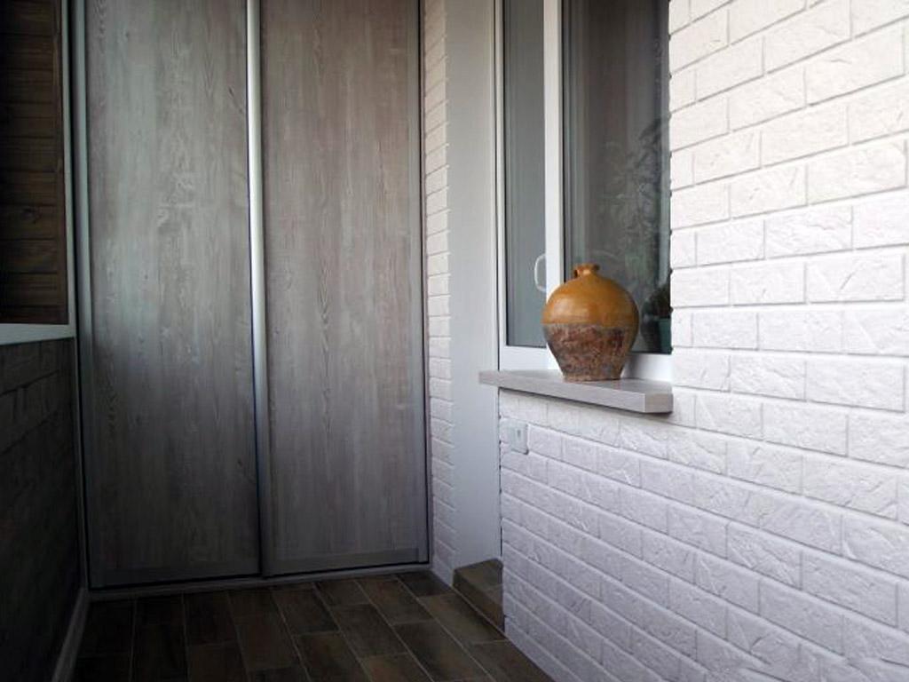 Отделка кирпичом балкона