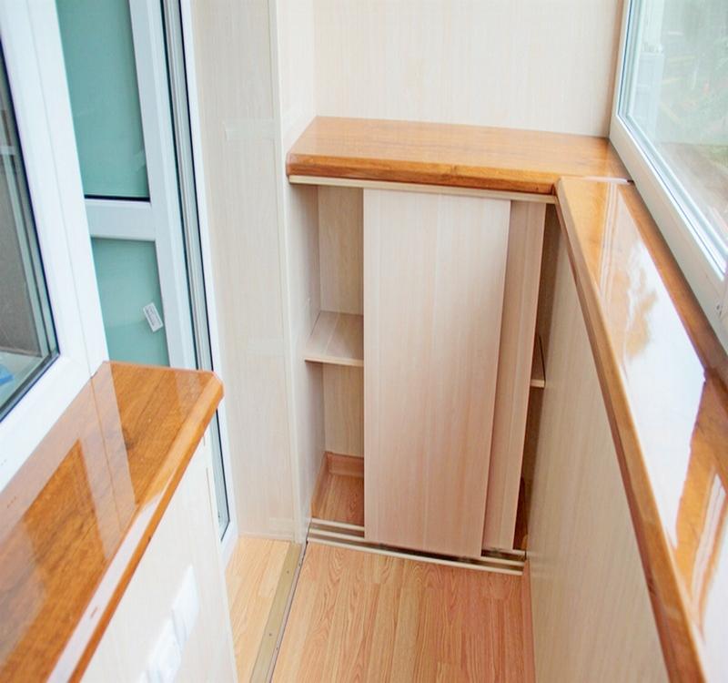 Раздвижной шкаф на балконе и мебель